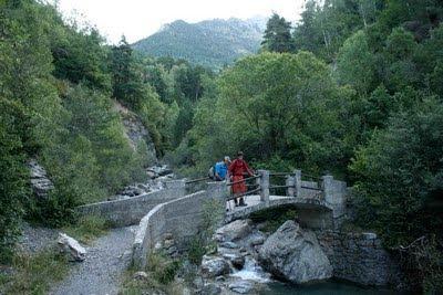 Cruzamos un pequeño puente