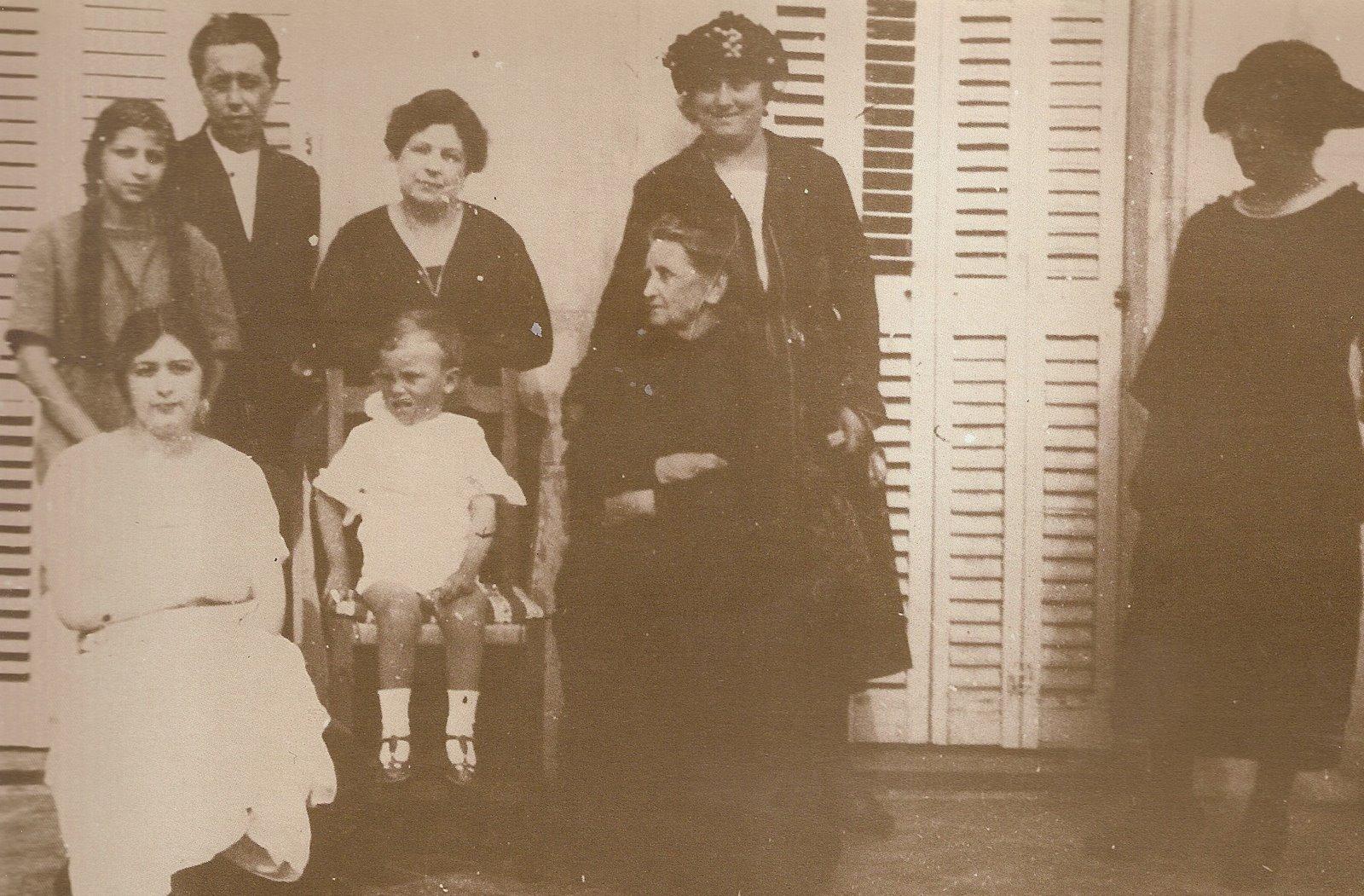 [gabriel+miro+y+familia+1915.jpg]