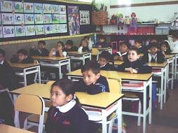 Los niños escuchan el cuento con atención