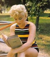 An Seoigeach á léamh ag Marilyn álainn