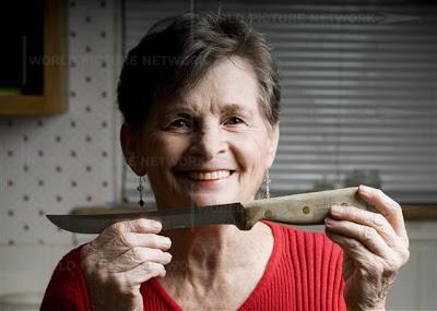 Pisau Menancap Di mata Wanita Ini