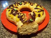 Rosca De Pascuas. Rosca dulce con crema pastelera, chocolate y confites de . rosca pascua