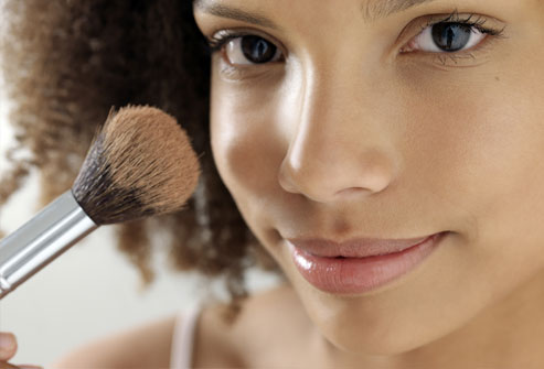 Bare mineral cosmetics,which are light and powdery,are less likely to do so.