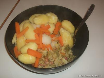 Embeurrée de chou vert aux lardons, pommes de terre et carottes (voir la recette)
