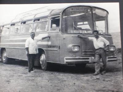 Magirus'un önünde Hacıbabm ve Veysel Dayım (Otobüsün üzerinde -Karaduman- yazıyor