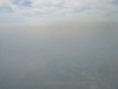 Pensar que embaixo dessa nuvem de poluição deveria se enxergar a grande capital chinesa...