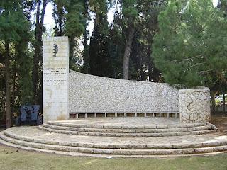 אנדרטת זיכרון לנופלים במערכות ישראל בגן הזיכרון ליד בית העלמין הצבאי בכפר סבא