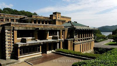 alberga numerosas obras del periodo meiji entre las que destaca el ingreso del notable hotel imperial diseado por el arquitecto frank lloyd wright