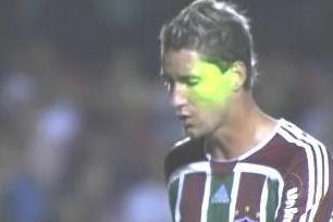 Thiago Neves é atingido por um raio laser