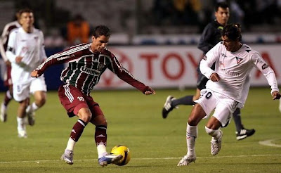 Thiago Neves corta o zagueiro