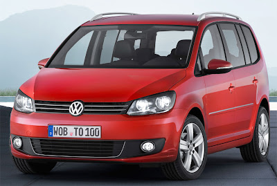 2011 Volkswagen Touran Front Angle View