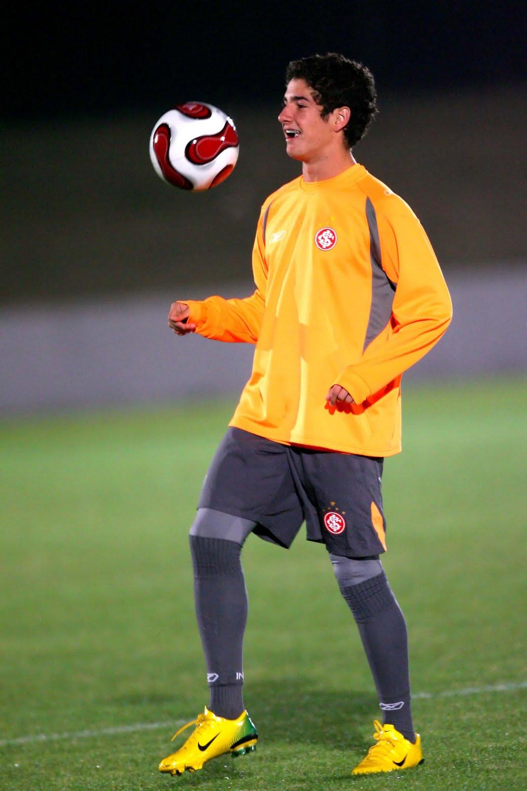 http://3.bp.blogspot.com/_J3_liDBfbvs/S8ZOm1S7CAI/AAAAAAAAm0E/d5B42et9XdM/s1600/Alexandre+Pato+Brazil+Football+Player.jpg