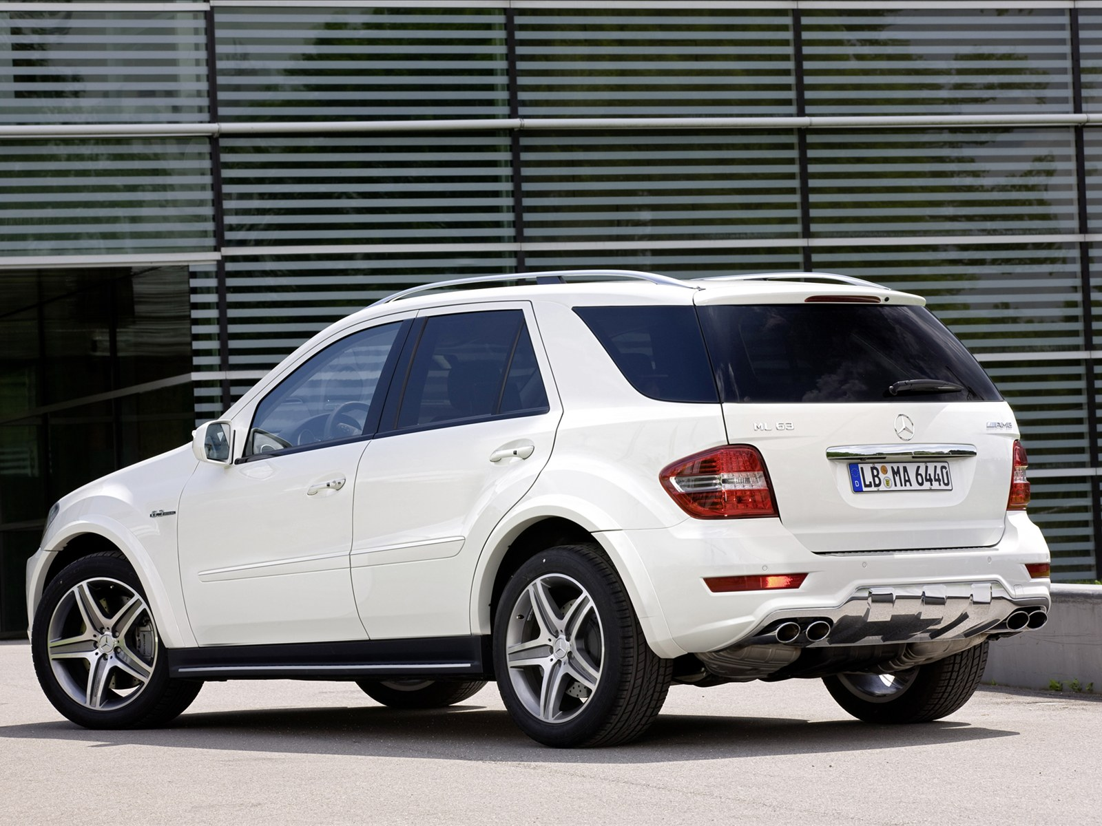 Top car wallpapers 2011 mercedes benz ml 63 amg photos for Mercedes benz 2011