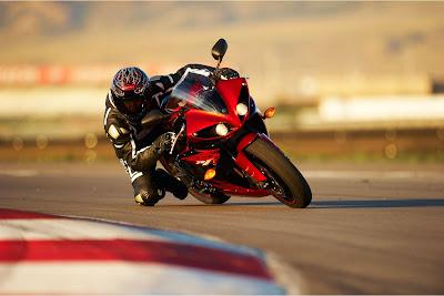 2011 Yamaha YZF-R1 Action