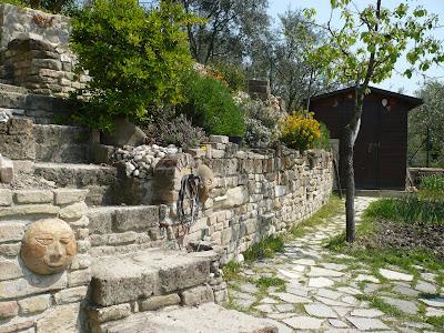 Rosi jo 39 il giardino delle facce di pietra - Muretti da giardino ...
