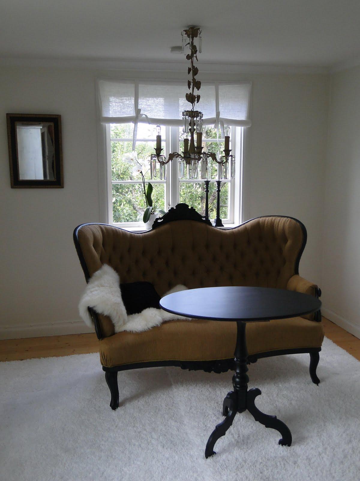 Bevara: vardagsrum i svart guld och vitt