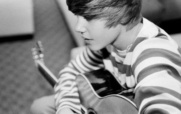 justin bieber kissing his girlfriend. The teen star said when Justin