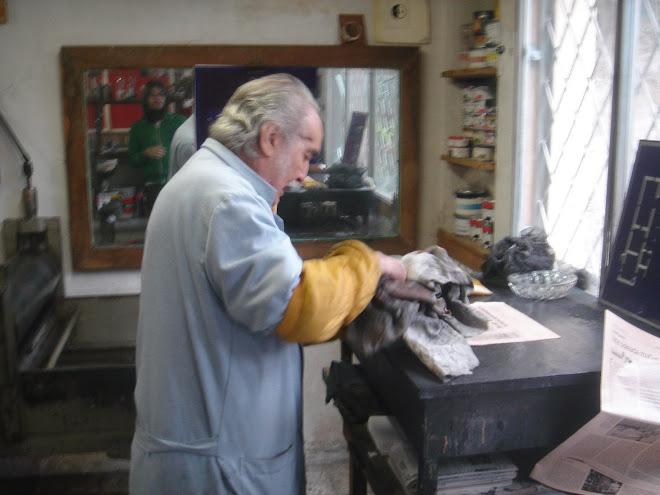 Joan Barbara gravant
