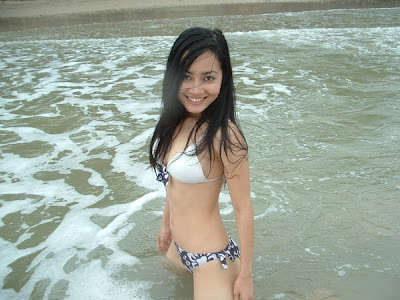 Foto cewek Indo sexy hot honey on the beach