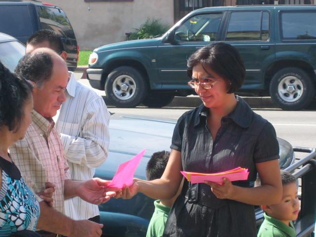 Actividad 18 de Octubre,2009 repartimos volantes en la Iglesia de Santa Cecilia en Los Angeles,Ca.