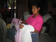 Entregando ropa a Fam. de Hacienda Vieja