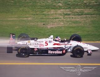 Nigel Mansell roda no pit lane no ano de sua estréia
