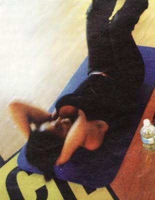 A women doing stomach crunch.