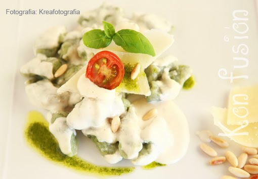 Gnocchis espinacas salsa parmesano piñones aroma albahaca