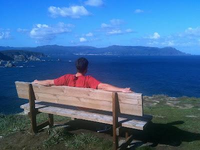 Un hombre sentado en un banco