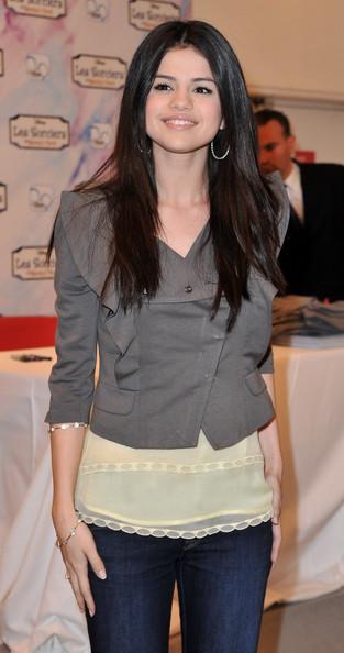 selena gomez hairstyle pics. selena gomez haircut styles.