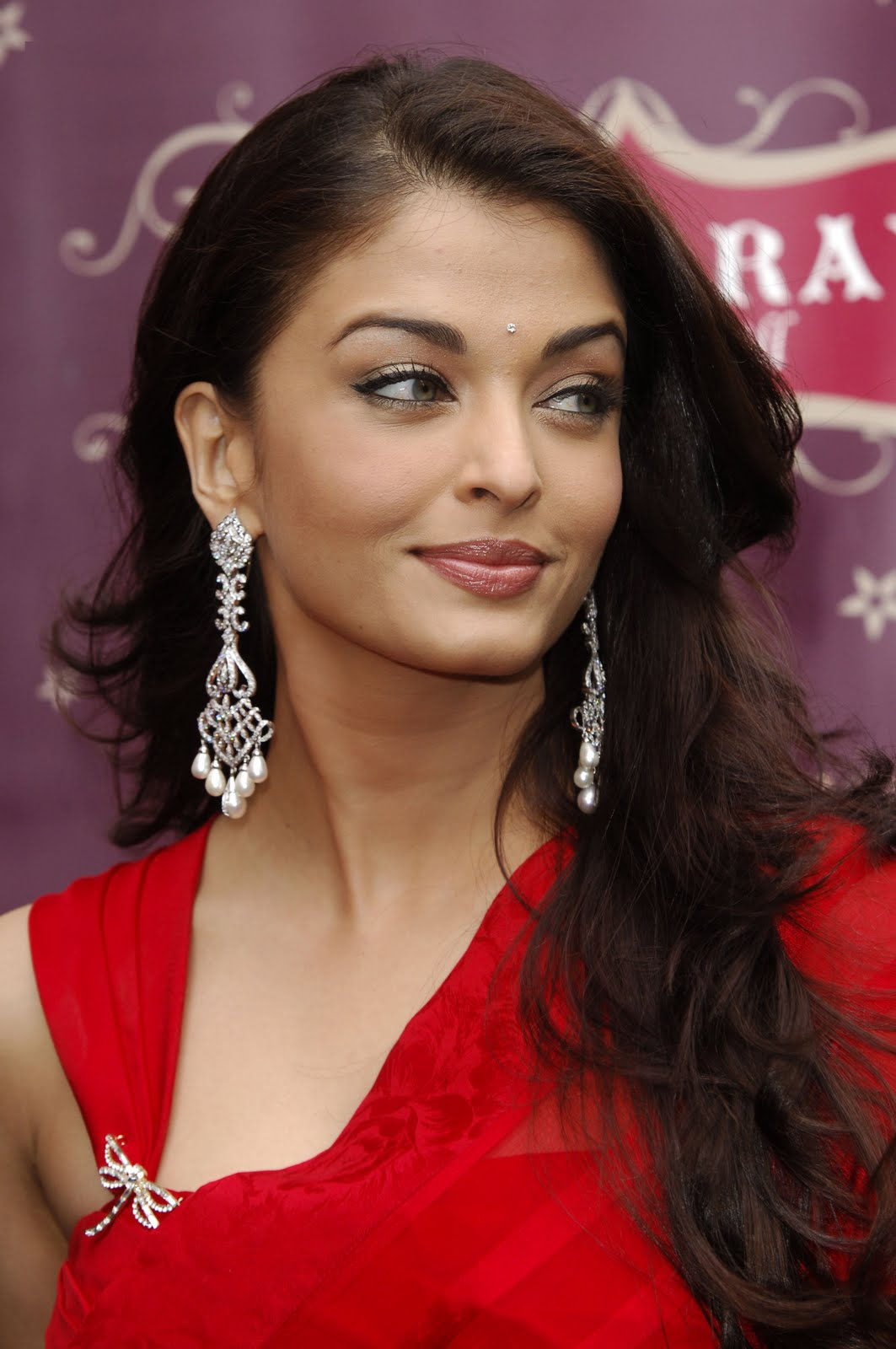 http://3.bp.blogspot.com/_JUw2aRvPUwc/S_pPyheM2XI/AAAAAAAAS40/OeY7usAthEA/s1600/Bollywood+Celebrity+in+red+dress+looking+hot.jpg