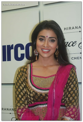 Shriya Saran is looking so beautiful