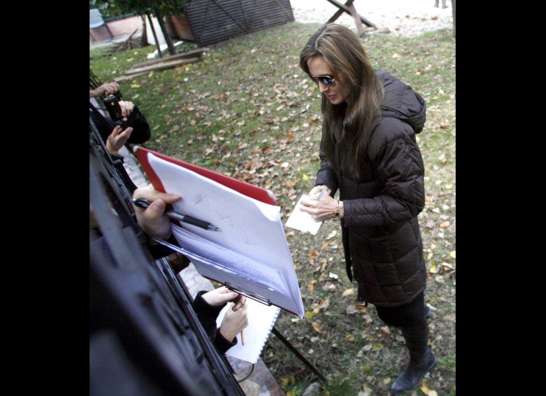 http://3.bp.blogspot.com/_JUw2aRvPUwc/TLmLGiN1JiI/AAAAAAAAZm4/YLiBSyw20Ss/s1600/Angelina+Jolie+&+Brad+Pitt+In+Hungary+(PHOTOS)7.jpg