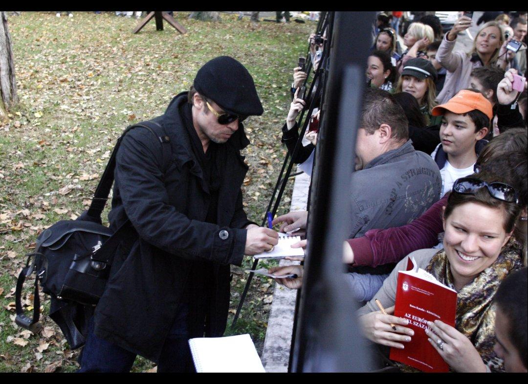 http://3.bp.blogspot.com/_JUw2aRvPUwc/TLmLQaYaTQI/AAAAAAAAZng/yQXRA4v4MSw/s1600/Angelina+Jolie+%26+Brad+Pitt+In+Hungary+(PHOTOS)2.jpg