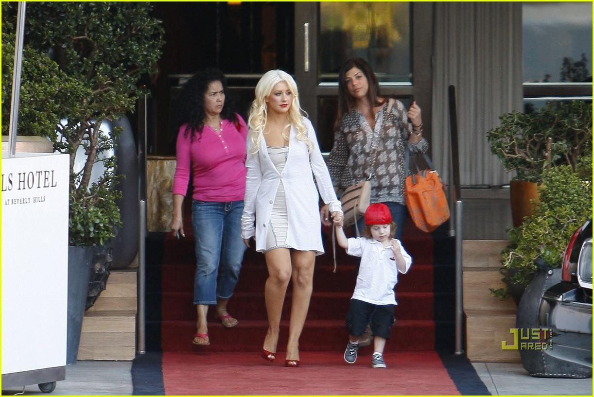 http://3.bp.blogspot.com/_JUw2aRvPUwc/TMgKQalbz1I/AAAAAAAAcFQ/TGkfxy9OAaw/s1600/Christina+Aguilera+and+Her+Son+Max+SLS+Hotel+Photos4.jpg