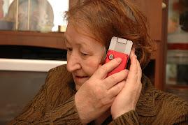 Это моя мама разговаривает по мобильнику....