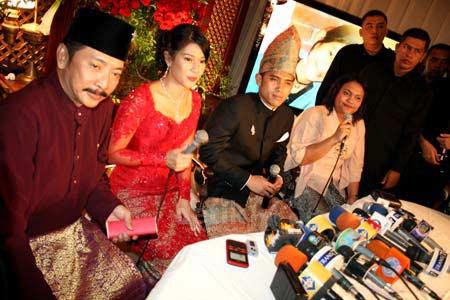 Foto Tunangan Dian Sastro dan Indraguna Sutowo