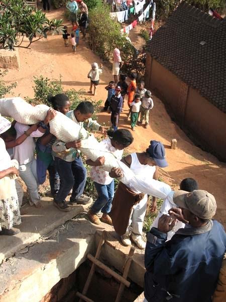 Menari Dengan Mayat di Madagaskar