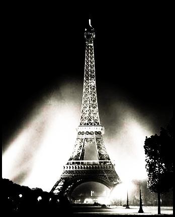 Somos la torre eiffel encendida un catorze de Febrero