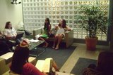 Na sala de espera da Rede Globo alunas da CAP Escola de TV aguardam