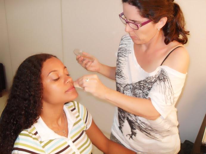 Atriz Nara Chagas sendo maquiada por Marrie