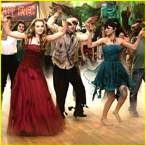 http://3.bp.blogspot.com/_Jw7_om4U9x0/Sn8TWUEkd4I/AAAAAAAAAuM/lnlYiZ66lsI/s320/selena-gomez-zombie-prom.jpg