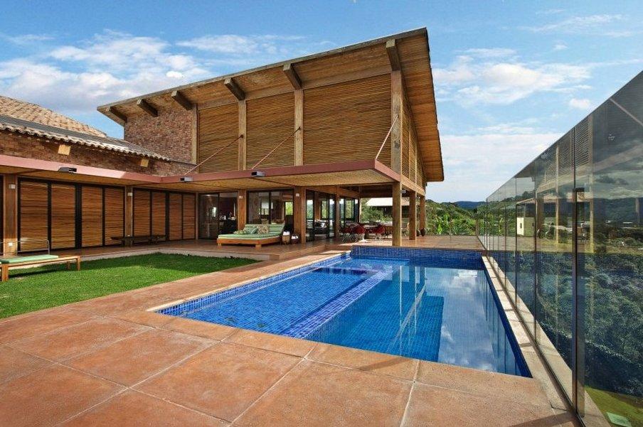 Montañas De Minas Gerais, En Brasil, Casa De Campo Rodeada De Una