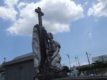 reza no cemitério