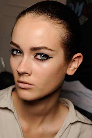 Грим на очите с очна линия и подчертани вежди