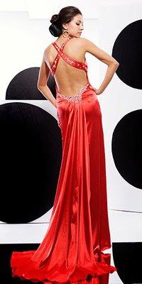 Червена рокля с гол гръб