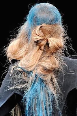 сплетена коса и цветни кичури