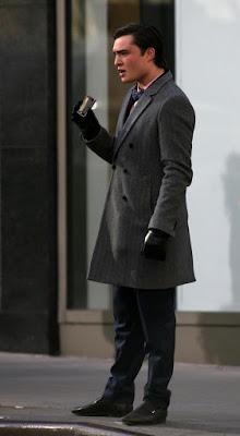 Фото Чак Басс (Эд Уествик), серое пальто