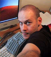O escritor Max Barry, que escreve sobre o mundo das empresas.
