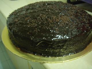Tuang coklat yg di masak & taburkan coklat rice diatas kek.